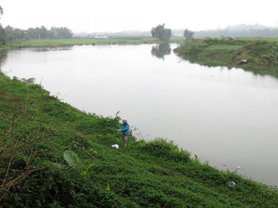 ベトナムでの調査風景。微量元素分析用に採水中。