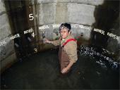 地下水調査<br />深さ20mの井戸内での採水