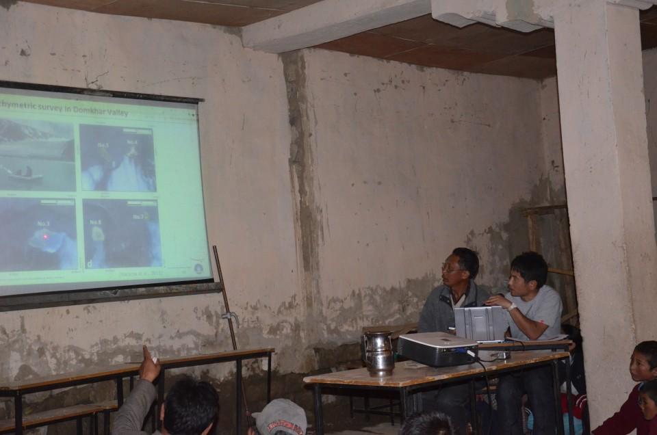 1, インド北西部、ラダーク山脈のドムカル村での氷河湖ワークショップの様子(2012年5月撮影)。