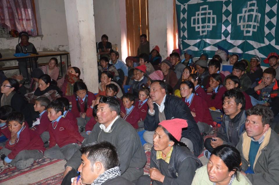 2,氷河湖ワークショップで熱心に説明に聞き入るドムカル村の村人たち(2012年5月撮影).