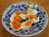 熱を加えないで圧力だけで固めた高圧卵。生卵のままの鮮やかな色彩ともっちりした歯ごたえが特徴です。