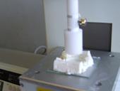 高圧ヨーグルトの物性(硬さとか凝集性など)を試験しているところ