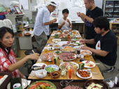 お中元とお歳暮の時期には日本中のハム・ソーセージがそろうので、官能評価といいながら美味しくいただいています。OB・OGの皆様ありがとう。