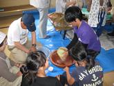笹団子づくり<br />山古志の木籠集落ではふるさと会という都市住民と集落住民の組織が結成され、楽しみながら活動しています。