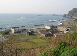 海のすぐそばにある佐渡ステーションの建物