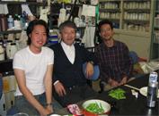 研究室に滞在したタイ・チェンマイ大学の留学生の送別会でのひとコマです。