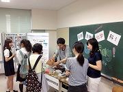 オープンキャンパス:研究室学生による研究紹介。顕微鏡による酵母の観察(2014年8月)